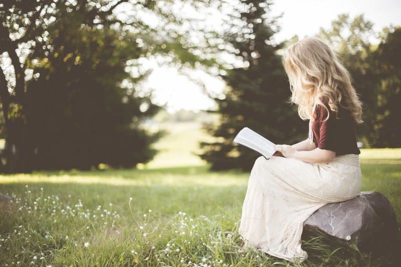 ひとりで本を読む女性