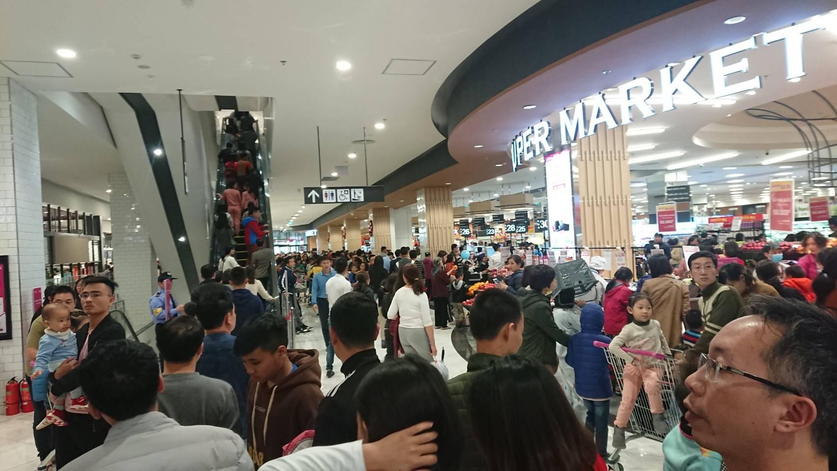 イオンモール・ハドン開店日の混雑の様子