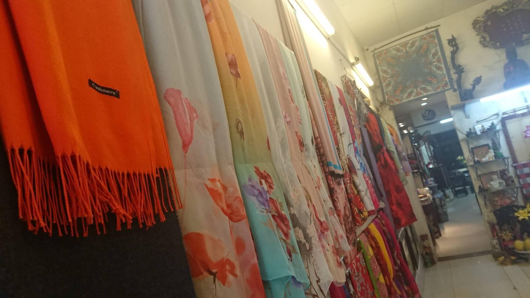 ベトナムの特産品であるシルクのスカーフ販売店のようす